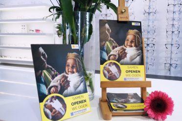 Foto van promotiemateriaal in de winkel van Optiek Ben van der Heiden.