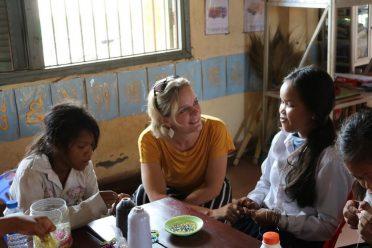 Dicky met meisjes in Cambodja